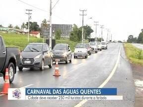 Caldas Novas espera receber 250 mil turistas durante o carnaval - Segurança foi reforçada para dar tranquilidade aos foliões.