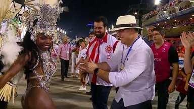 Governador Wilson Witzel samba com musa na Sapucaí - Governador Wilson Witzel samba com musa na Sapucaí