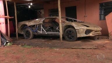 Polícia de SP fecha o cerco a oficinas que fabricam carros de luxo falsificados - Três oficinas foram visitadas pelos investigadores da Delegacia Antipirataria de São Paulo. Quatro cópias ilegais foram apreendidas.