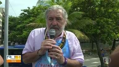 Moacyr Luz é homenageado no bloco Corre Atrás - Praia do Leblon se transformou em avenida do samba com a passagem do bloco Corre Atrás. O sambista Moacyr Luz foi o grande homenageado neste carnaval.