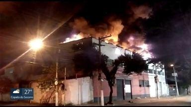 Fogo em loja de fantasias na Barra Funda - Chamas destruiram o estoque que ficava no terceiro andar.