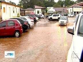 Chuva alagou ruas de Pirenópolis - Mesmo com temporal, foliões não deixaram de aproveitar o carnaval.