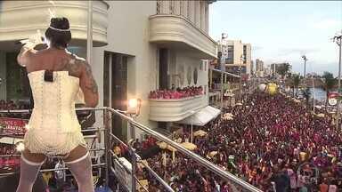 Arrastão vai animar foliões na Quarta-Feira de Cinzas, em Salvador - Em Salvador, já tem gente nas ruas esperando o famoso Arrastão, nas últimas horas de folia oficial na cidade. Na noite de terça-feira (5), uma multidão se divertiu atrás dos trios em clima de despedida.