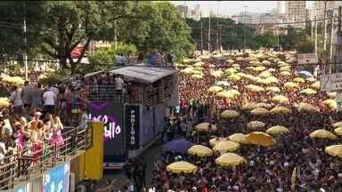 Virada no tempo não desanima foliões em São Paulo - Nem a virada de tempo desanimou os foliões. Eles enfrentaram sol forte e muita chuva para aproveitar os bloquinhos.