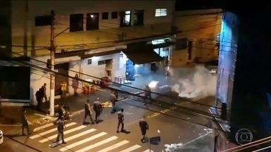 PM afasta policial que ameaçou mulher, na delegacia, depois de um bloco de carnaval - A confusão começou quando policiais chegaram para dispersar um bloco. Balas de borracha e bombas foram usadas no tumulto.