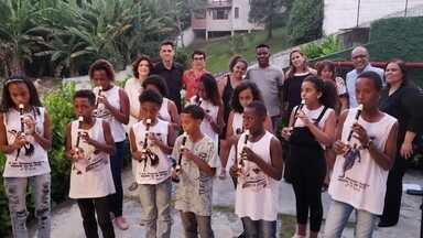 Projeto Primeira Chance oferece reforço escolar e cultura para crianças e jovens - Aulas de reforço escolar para a criançada e passeios culturais fazem parte do projeto descoberto pelos Caçadores de bons exemplos, em São Gonçalo, no Rio de Janeiro.