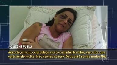Mulher espancada e jogada na estrada grava depoimento no hospital - Jane Cherubim foi agredida brutalmente pelo namorado, Jonas Amaral. O irmão dela disse que a briga começou porque ela não quis tirar uma foto com Jonas. Ele está foragido.