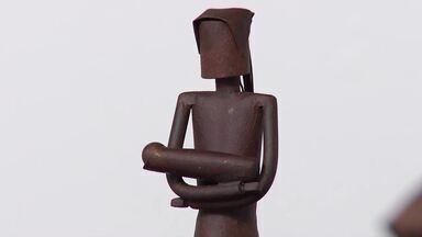 Alunos do projeto 'Dedo de gente' fazem artesanato em peças de metal em Curvelo - Artesanatos são inspirados na obra de Guimarães Rosa.