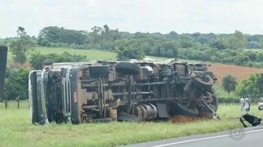 Caminhoneiro fica gravemente ferido após acidente entre caminhões - Acidente foi na Rodovia Transbrasiliana, entre Promissão e Lins (SP). Com impacto, um dos veículos foi jogado para fora da pista e a cabine acabou se soltando.