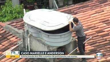 Policiais fazem busca por arma na casa de PM suspeito de ter executado Marielle Franco - Imagens aéreas mostram policiais com detector de metais fazendo varredura nas áreas interna e externa da casa
