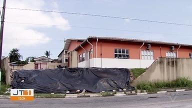 Parte do muro da base do Corpo de Bombeiros desaba novamente em São Vicente - Primeira queda aconteceu no começo de janeiro. Prefeitura havia informado que o muro deveria ficar pronto até a segunda quinzena de fevereiro.