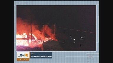 Incêndio atinge galpão que armazenava carvão vegetal em Rio Fortuna - Incêndio atinge galpão que armazenava carvão vegetal em Rio Fortuna