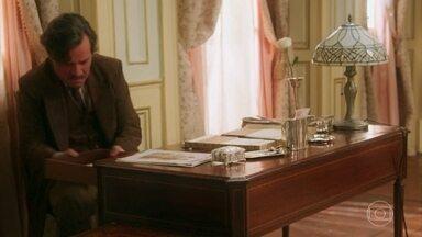 Eugênio revira o quarto de Cris/Julia em busca do diário - Piedade se assusta ao ouvir o marido falar que o filho de Cris/Julia não vai nascer