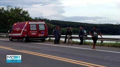 Homem morre e duas mulheres ficam feridas em acidente na BR-381 - Carro caiu dentro de uma represa próximo ao distrito de Baguari após o condutor perder o controle; homem morreu afogado e as outras vítimas conseguiram ser socorridas.