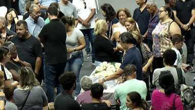 Mais de 15 mil pessoas passaram pelo velório de vítimas de massacre de Suzano - Velório coletivo das vítimas na Arena do Parque Max Feffer reuniu amigos e familiares dos estudantes e funcionários da Escola Raul Brasil.