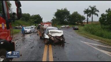Motorista de caminhonete e passageiro de carro morrem em acidente na MG-050 - Motorista de caminhonete e passageiro de carro morrem em acidente na MG-050