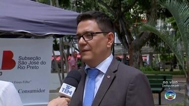 Ação é promovida em praça de Rio Preto para esclarecer dúvidas de consumidores - O Dia Mundial do Consumidor é comemorado nesta sexta-feira (15) e para marcar a data a OAB está promovendo uma ação na Praça Rui Barbosa, em São José do Rio Preto (SP), esclarecendo dúvidas.