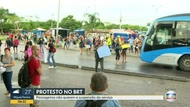 Passageiros realizam manifestação contra suspensão do serviço do BRT - Prefeitura suspende repasses pro BRT alegando que consórcio não tem representante legal. Passageiros que dependem do BRT estão indignados com a possibilidade do serviço parar e fazem manifestação na estação Mato Alto.