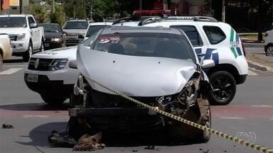 Carro e caminhonete se envolvem em acidente no Setor Oeste, em Goiânia - Caminhonete chegou a tombar na pista.