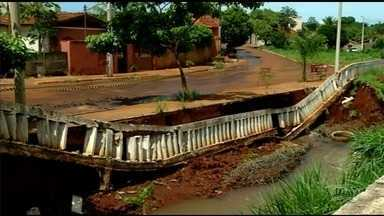 Chuva causa estragos em Itumbiara - Enxurrada arrastou barreira de concreto para dentro de córrego.