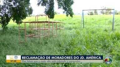 Moradores do Jardim América reclamam de má conservação de parque - Local está cheio de mato alto que chegam a cobrir os brinquedos.