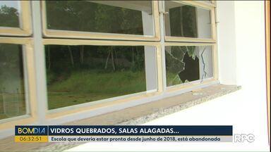Escola que deveria estar pronta desde junho de 2018 está abandonada - Nossa equipe encontrou vidros quebrados e salas alagadas.