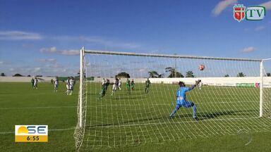Lagarto derrota Itabaiana em Pedrinhas pelo placar mínimo; assista ao gol de Jô - Jerfesson falha no lance soltando a bola, que passa da linha, não estufa as redes mas arbitragem não tem dúvidas em confirmar o gol.