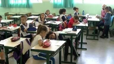 Alunos retornam às escolas da Rede Pública de Suzano - A volta às aulas foi marcada por abraços e familiares apreensivos