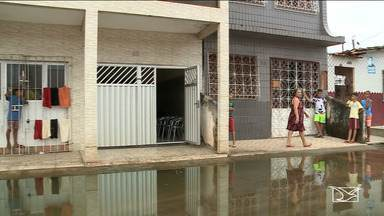 Água de esgoto causa transtornos a moradores de bairro em São Luís - Moradora do bairro Liberdade está impossibilitada de sair da residência. Segundo a comunidade, o problema começou há seis anos e foi se agravando com o tempo.