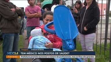 Pacientes continuam amanhecendo na fila de postos de saúde de Curitiba - Prefeitura havia prometido alocar mais médicos para atender a população; as primeiras pessoas chegam ao posto de saúde perto das 3h30 da madrugada.