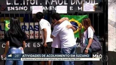 Professores e funcionários são recebidos por psicólogos na escola Raul Brasil, em Suzano - Alunos também puderam retirar material escolar deixado para trás no dia do ataque.