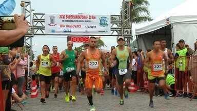 Niumar Velho e Luciana da Luz vencem a 26ª Supermaratona de Rio Grande - Prova de 50 km foi realizada no domingo, reunindo centenas de atletas. Veja alguns exemplos de superação.