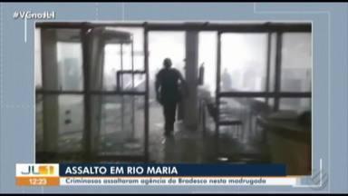 Agência bancária é alvo de criminosos em Rio Maria, no sudeste do Pará - Crime foi madrugada desta segunda-feira (18). Homens atiraram contra a delegacia para intimidar os policiais e explodiram parte da agência.