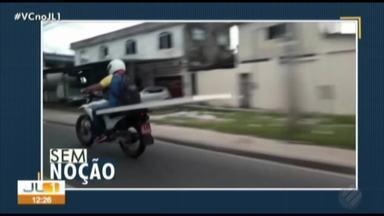Quadro 'Sem Noção' flagra motociclista transportando placa de forma irregular - Motociclista vai sentado na placa, em via de Belém.