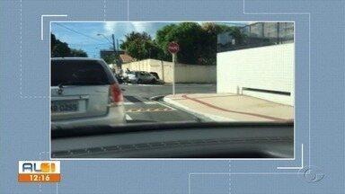 Carro abre burcado em muro de casa após acidente com moto na Pitanguinha - Motorista tentava desviar de um outro carro quando aconteceu o acidente.