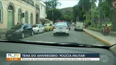 Policiais de Vassouras fazem surpresa em festa de criança de 4 anos - Pai disse que tudo começou em uma visita da corporação onde o filho estuda.