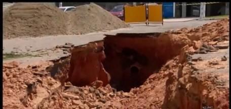 Cano da Copasa rompe e água invade loja no Bairro São José em Divinópolis - Abastecimento foi afetado para manutenção da adutora. Dono do estabelecimento disse que o rompimento foi por volta das 20h deste domingo (17), mas apenas na manhã desta segunda-feira (18) a água foi interrompida.