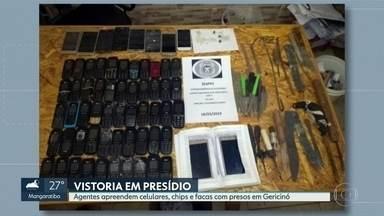 Sessenta e três celulares são apreendidos em celas de presos em Gericinó - Secretaria de Administração Penitenciária também encontrou facas, chips para celular e drogas no Instituto Penal Plácido de Sá Carvalho