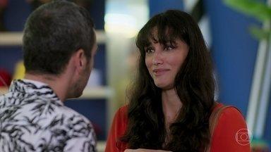Gisela pede demissão a Álamo - Manu se preocupa com o horário e comenta com uma amiga que não tem roupa para acompanhar Jerônimo na festa