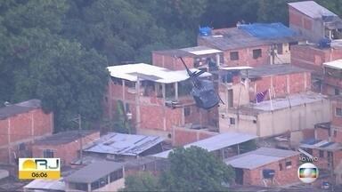 Moradores relatam tiroteio na Cidade de Deus nesta terça-feira (19) - Helicópteros da Polícia Civil sobrevoam algumas localidades da comunidade da Zona Oeste.