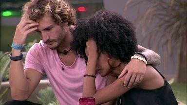 Gabriela volta a chorar e é consolada por Alan - Os dois ficam abraçados