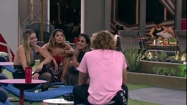 Carolina pergunta para Alan: 'Você ficou feliz pela gente?' - Eles conversam na área externa
