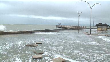 Maré alta atravessa cais e inunda bairros no município de Raposa - Na enchente de quarta-feira (20), a água invadiu casas e moradores perderam móveis e eletrodomésticos.