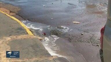 Vazamento na Avenida Portugal deixa água empoçada em Ribeirão Preto, SP - Daerp informou que irá consertar o vazamento.