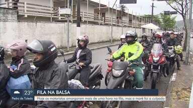 Maré alta prejudica travessia de balsas entre Santos e Guarujá - Motoristas amargaram mais de uma hora na fila. Desorganização nas filas foi principal reclamação.