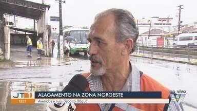 Maré alta e chuvas deixam ruas da Zona Noroeste alagadas - Avenidas e ruas ficaram debaixo d'água.