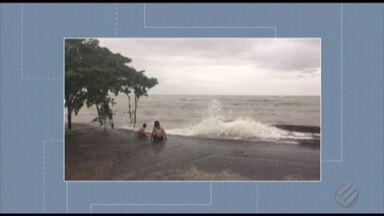Em Salinópolis maré alta afeta praias e centro da cidade - Ruas da cidade ficaram alagadas e ondas chegaram até a calçada da Praia do Maçarico.