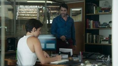 Osvaldo anuncia a Solange que conseguiu sua permanência no Sapiência - O pai de Hugo pede uma 'recompensa', mas Solange dá um jeito de adiar