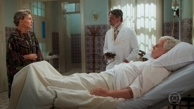 Fabrício diz que o estado de saúde de Augusto é grave - Hildegard sofre e se culpa por ter colocado o pai de Danilo para fora de casa
