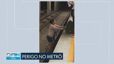 Passageira de Taguatinga arrisca a vida nos trilhos do Metrô - A mulher pulou nos trilhos da estação da Praça do Relógio para buscar um relógio que caiu lá embaixo. Um funcionário do Metrô ajudou a passageira a sair em segurança.